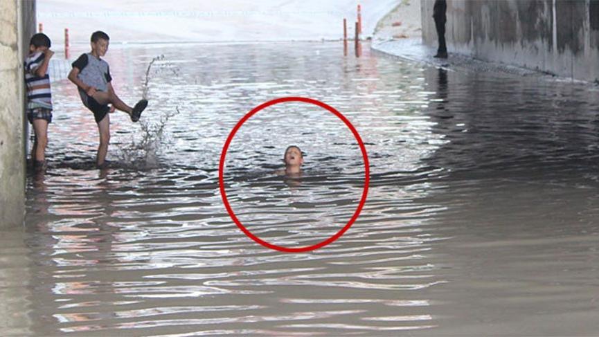 Çocuklar alt geçitte biriken yağmur suyunda yüzdü