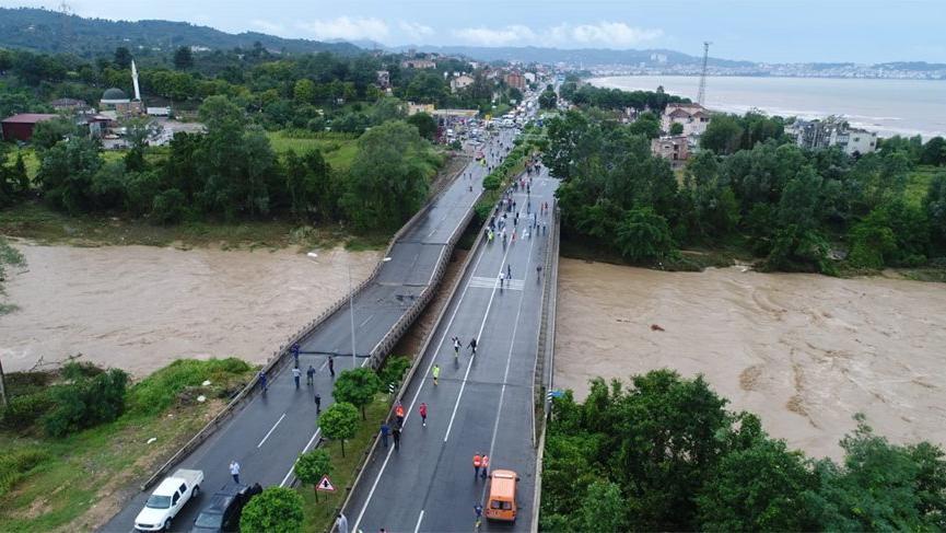 Karadeniz Sahil Yolu trafiğe kapatıldı