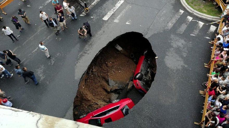 Korkutan olay: Çin'de asfalt yol çöktü araçlar döküldü