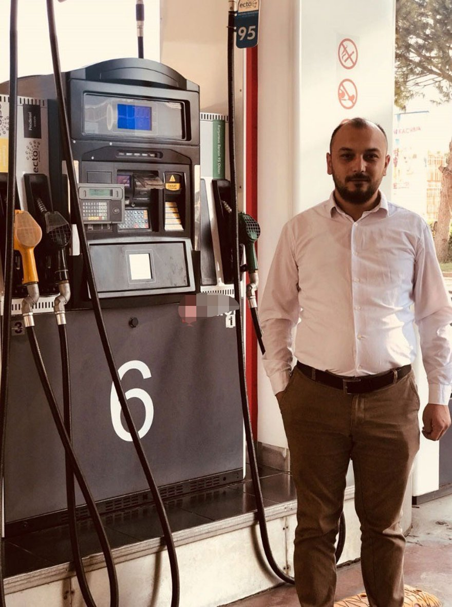 Akaryakıt istasyonu sahibi esnaf 300 dolar bozdurana bedava benzin vereceğini söyledi.