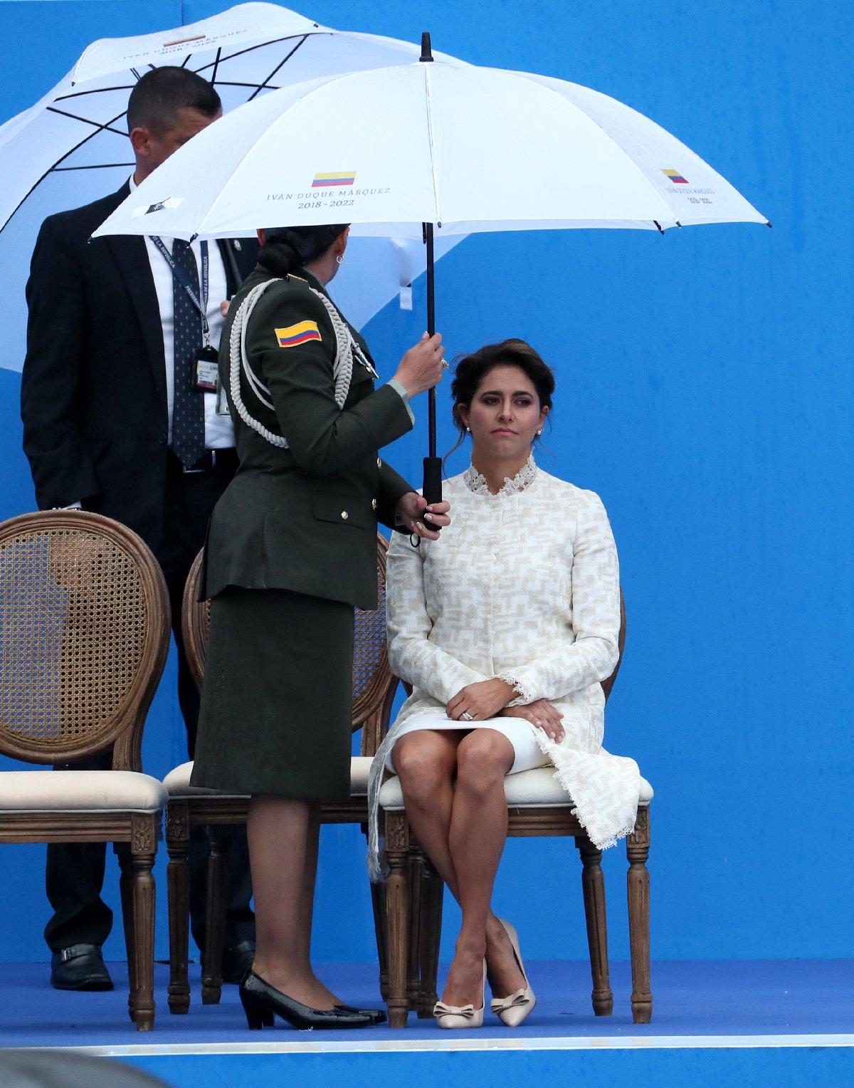 Davetliler arasında sadece First Lady'e şemsiye tutulması diğer konuklardan tepki çekti.