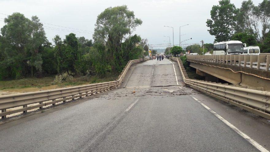 Otoyolun üzerinde bulunan köprünün çökmesiyle trafik durdu. İHA