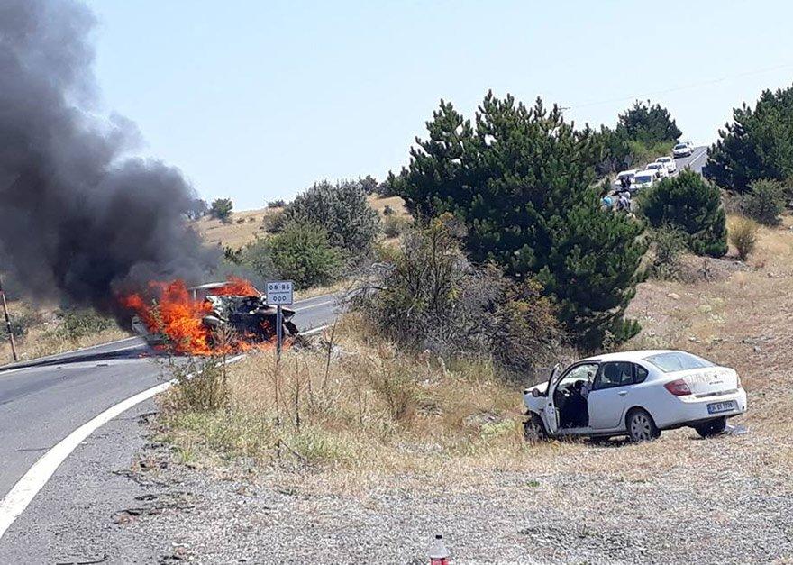 Ankara'nın Beypazarı ilçesinde iki otomobilin çarpışması sonucu 2 kişi yaralandı. Kazaya karışan araçlardan biri yandı. Fotoğraf: AA