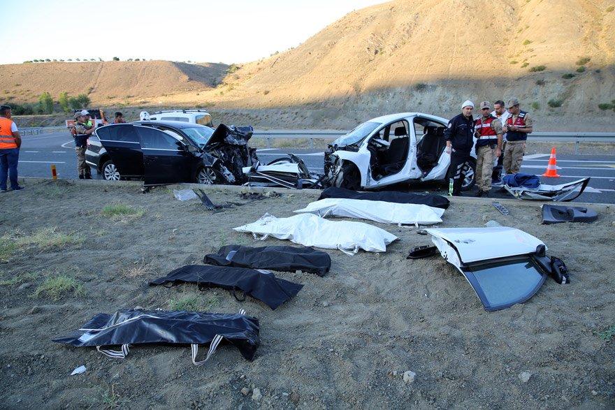 Erzincan-Sivas karayolunda iki otomobilin karıştığı trafik kazasında ilk belirlemelere göre 3'ü çocuk 7 kişi öldü, 3 kişi yaralandı. Fotoğraf: AA