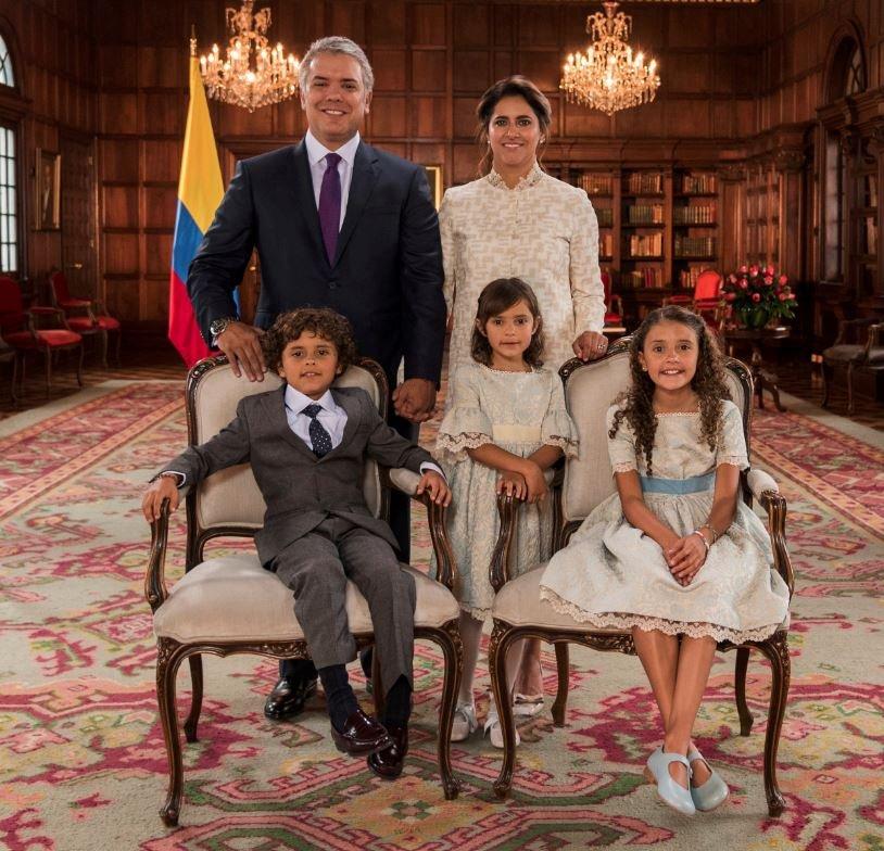 Kolombiya Devlet Başkanı ve ailesi daha sonra fotoğraf çektirdi.
