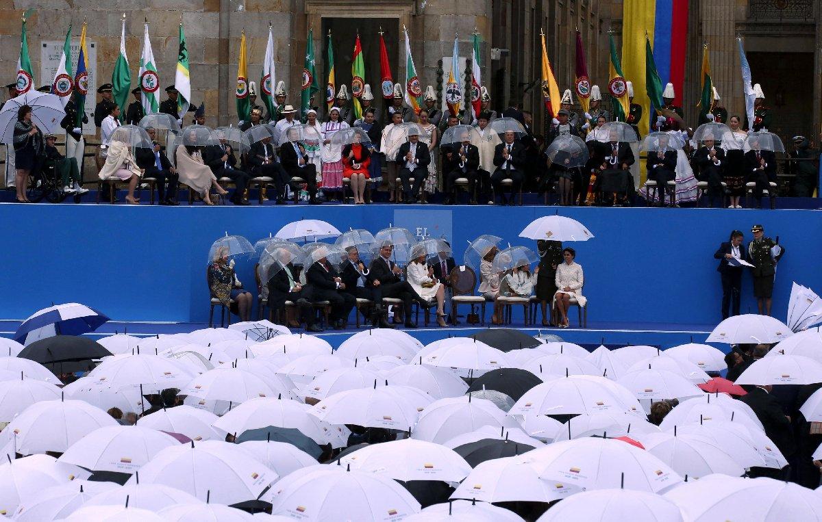 Bolivar Meydanı'na kurulan sahne üzerinde First Lady'ye özel bir polisin şemsiye tutması, diğer davetlilerden kınayan bakışlar atılmasına sebep oldu.