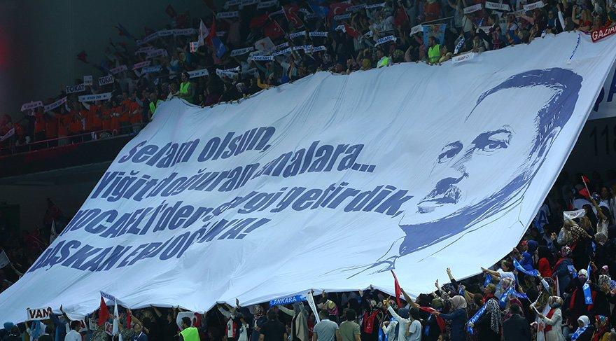 Kongrede dev boyutta Erdoğan pankartı açıldı