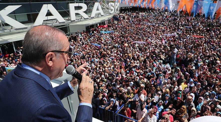 Cumhurbaşkanı Erdoğan kongre öncesi dışarıda toplanan kalabalığa seslendi Foto: ABD