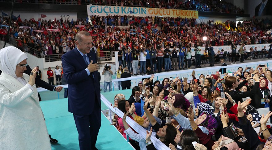 Erdoğan Kongre öncesi solandaki partilileri eşi Emine Erdoğan'la birlikte selamladı