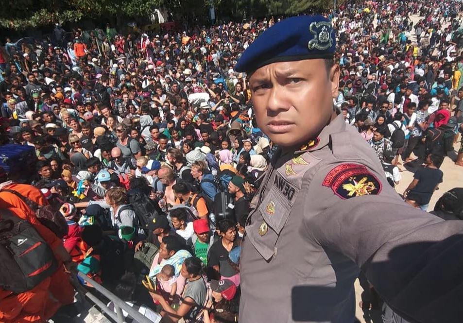 Lombok'ta görevli yetkili, selfie ile, adadan kaçmaya çalışan insanların fotoğrafını çekti.