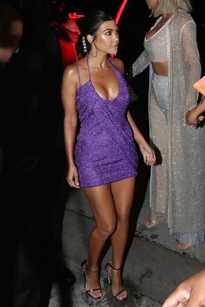 Kourtney Kardashian da mor mini bir elbise tercih etti. FOTOĞRAF: BACKGRID
