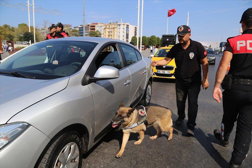 """İstanbul'da, 188 noktada 2 bin 480 polisin katılımıyla """"Kurt Kapanı-22"""" uygulaması gerçekleştirildi. Fotoğraf: AA"""