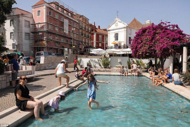 Lizbon'da halk havuzlarda serinlemeye çalışıyor.