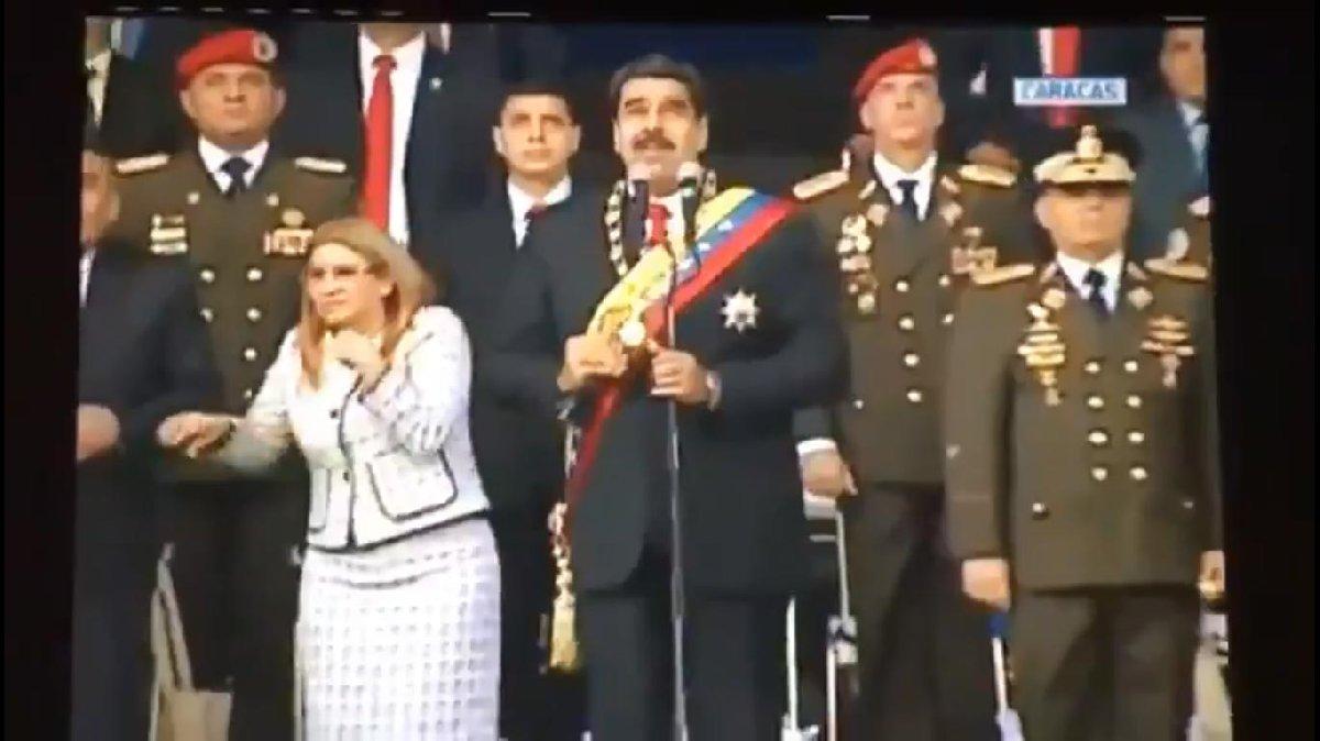 Bu sırada sahnede Maduro'nun yanındakilerin gök yüzüne baktığı görüldü.