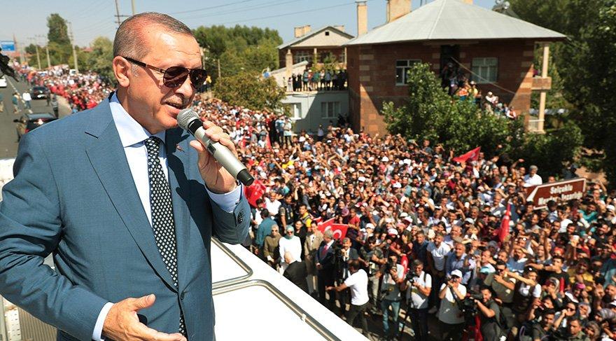 Cumhurbaşkanı Erdoğan, Malazgirt'ten önce ziyaret ettiği Ahlat'ta halka hitap etti. Foto: AA