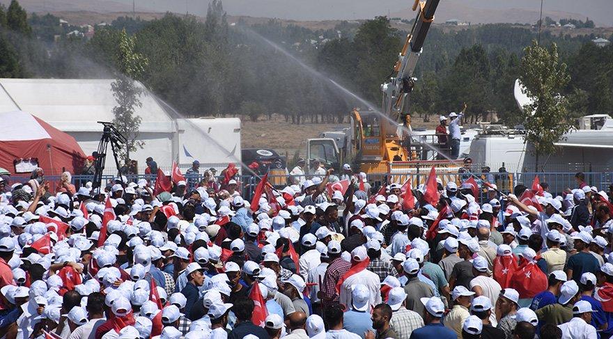 Malazgirt Zaferi'nin 947'inci, yıl dönümü etkinlilerine binlerce kişi katıldı. Foto: İHA