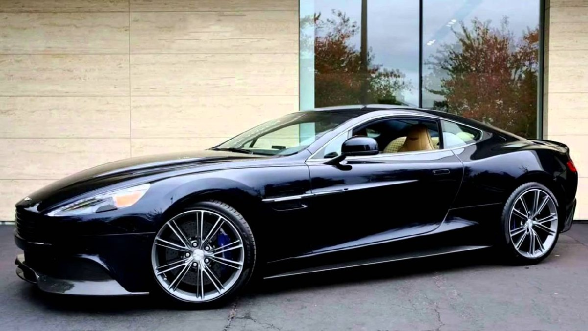 Aston Martin V12 Vanquish Coupe,