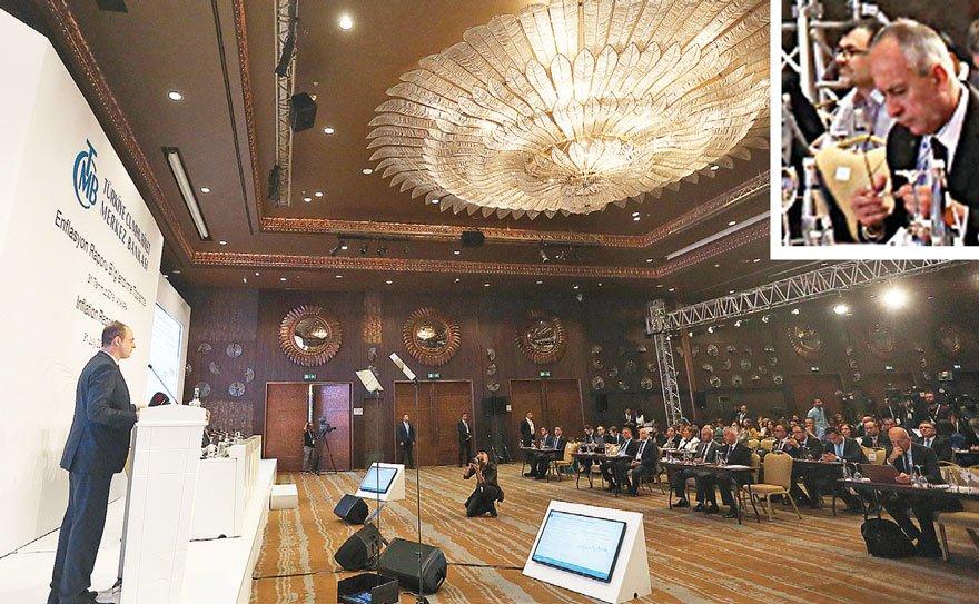 """Muhabirimiz Erdoğan Süzer (altta halka içinde), Ankara Sheraton'da yapılan toplantı sırasında Çetinkaya'ya neden 5 yıldızlı otelde toplantı yaptıklarını sorunca, """"Verimliliği sağlamak için tercih ediyoruz"""" yanıtını aldı."""