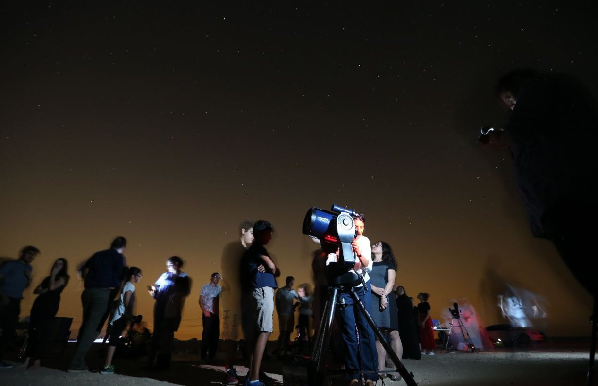 Dubai'de meteor yağmurunu izlemek isteyenler çöl alanlarına akın etti. Foto: Epaaa