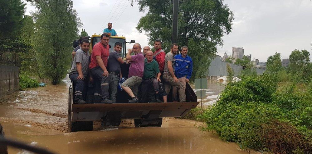FOTO:İHA - Bölgede kurtarma çalışmaları sürüyor.