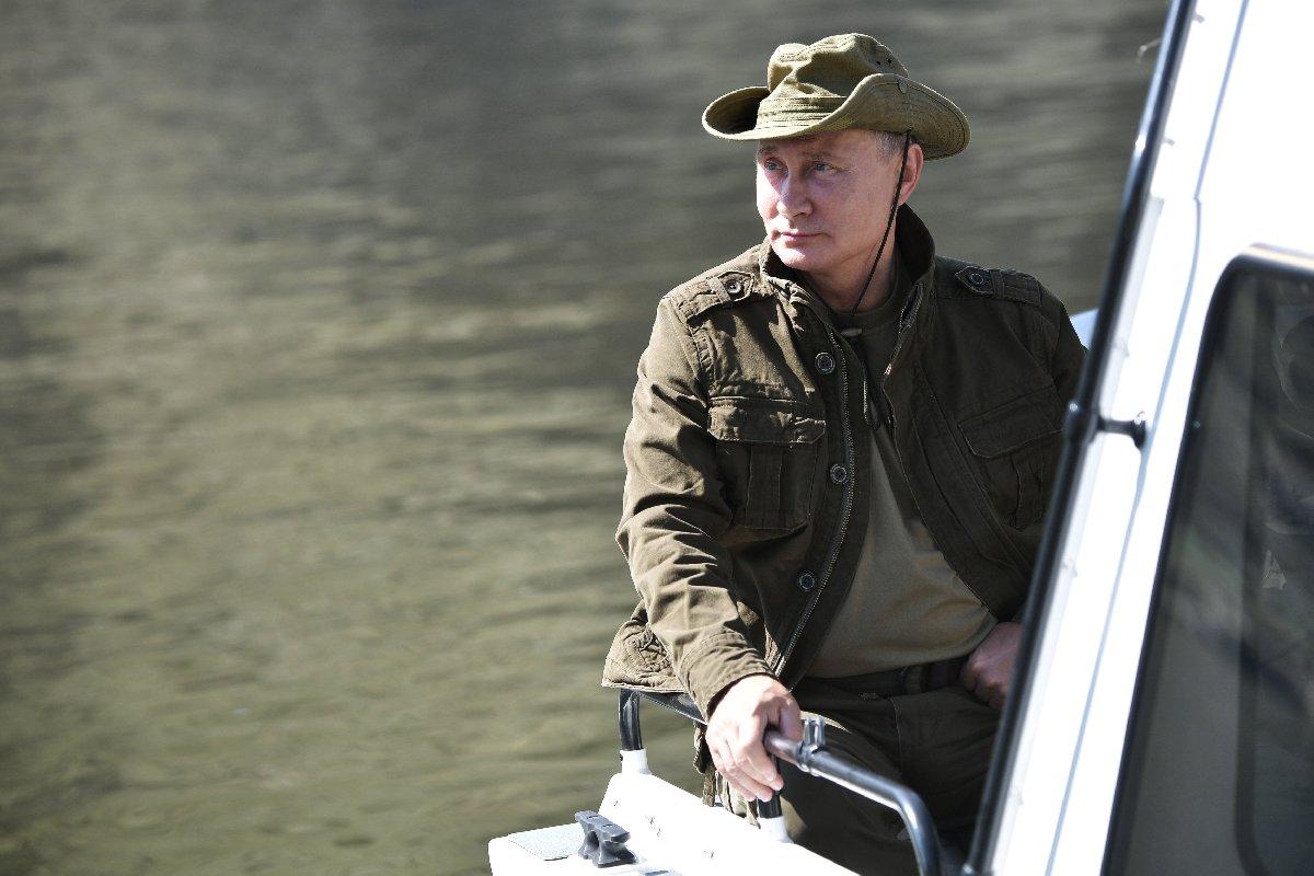 Putin, dağ yürüyüşünün ardından tekneyle gezinti yaptı..