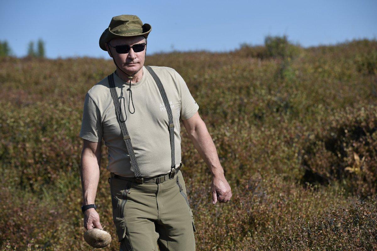 Dağda yürüyül yapan Putin, güneşin de etkisiyle üzerindekini çıkarmak durumunda kaldı.