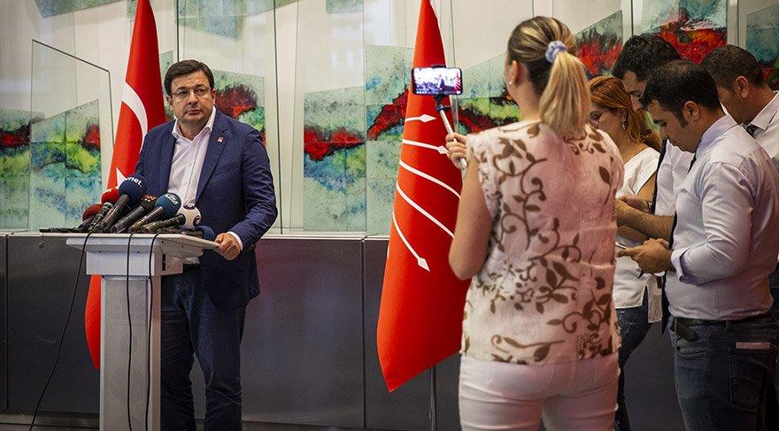 CHP'li milletvekillerinin olağanüstü kurultay için topladıkları imzaları teslim etmelerinin ardından CHP Genel Başkan Yardımcısı Muharrem Erkek, parti genel merkezinde açıklamalarda bulundu. FOTO: AA