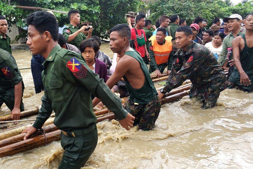 Sel yüzünden 50 bin kişi evini terk etmek zorunda kaldı. Reuters