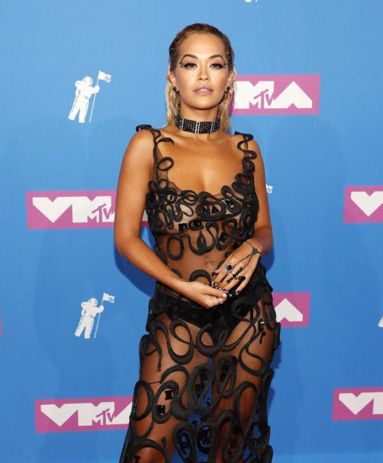 Rita Ora'nın transparan kıyafeti en çok konuşulanlar arasındaydı.