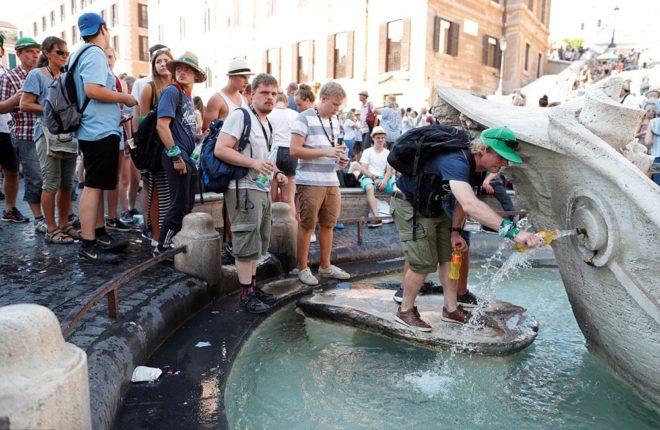 Roma'da sıcaktan bunalanlar su doldurmak için havuzların önünde uzun kuyruklar oluşturuyor.