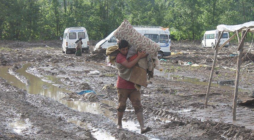 Mevsimlik işçiler selden zarar gören eşyalarını kurtarmaya çalıştı. Foto: AA