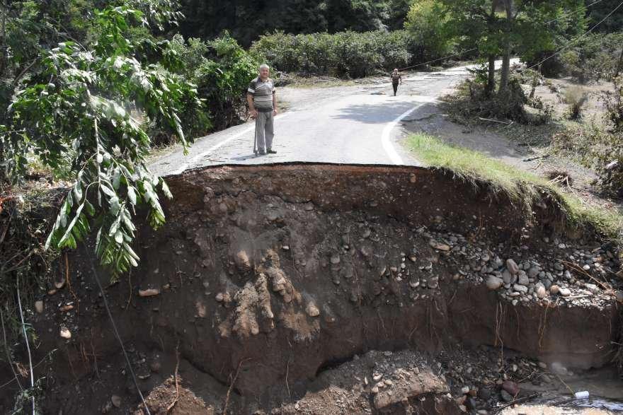 Bazı bölgelerde sel yolları tahrip etti. Foto: DHA