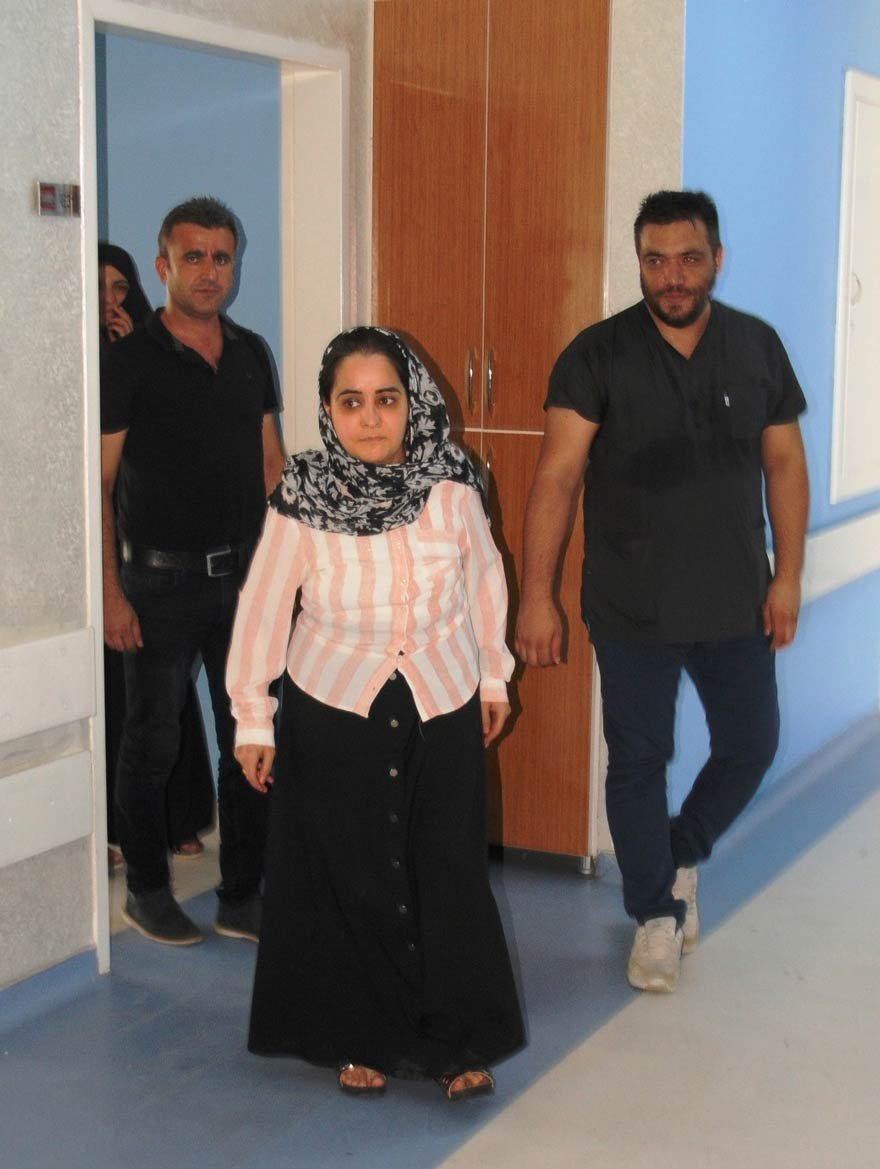 """Ortopedi ve Travmatoloji Uzmanı Dr. Fatih Farız, """"Yapılan bu başarılı ameliyatla hastamız yeni bir hayata kavuştu. Biz doktorlarda bundan dolayı çok mutluyuz"""" ifadelerini kullandı. Fotoğraf: İHA"""