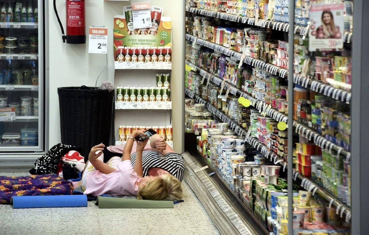 Sıcaklığın mevsim normallerinin iki katına çıkmasıyla birlikte Finlandiyalılar kendilerini süpermarkete attı.