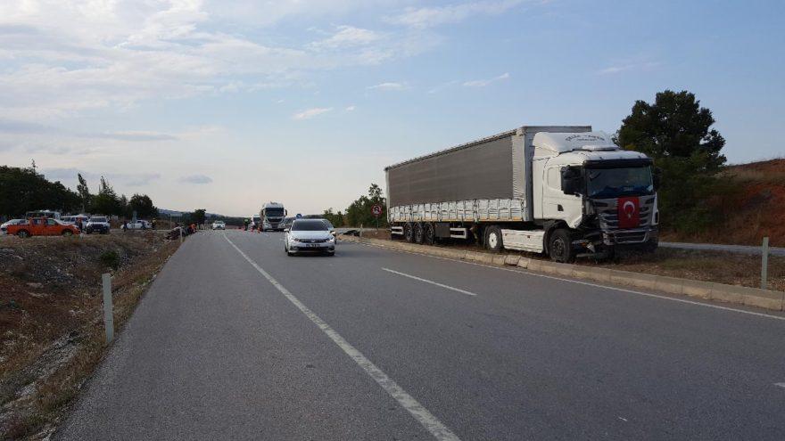 Otomobile çarpan TIR yol kenarına çekildi. DHA