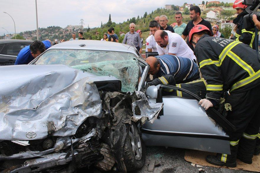 Kocaeli'nin İzmit ilçesinde, iki otomobilin çarpışması sonucu 3 kişi yaralandı. Fotoğraf: AA