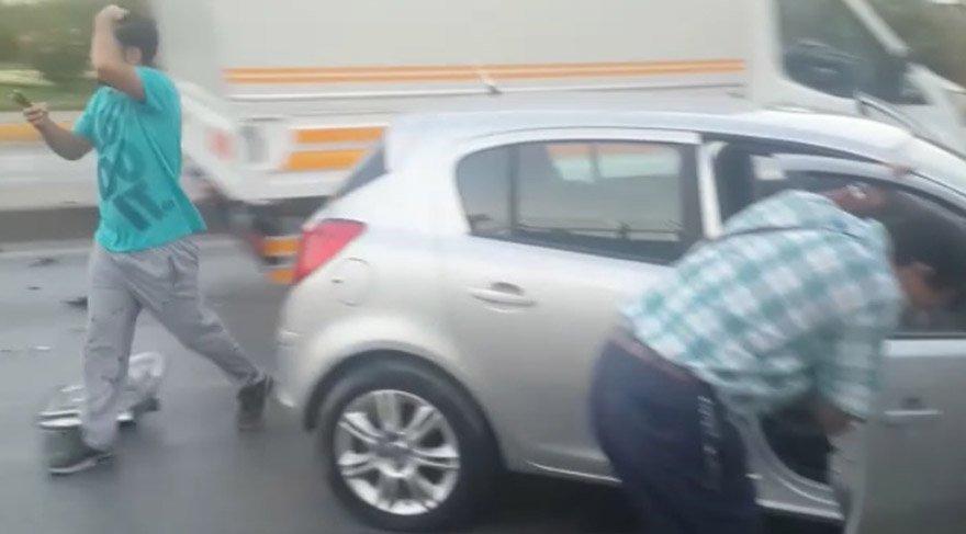 Kaza sonrası çekilen görüntülerde araçta bulunanların da yaralandığı görülüyor. DHA