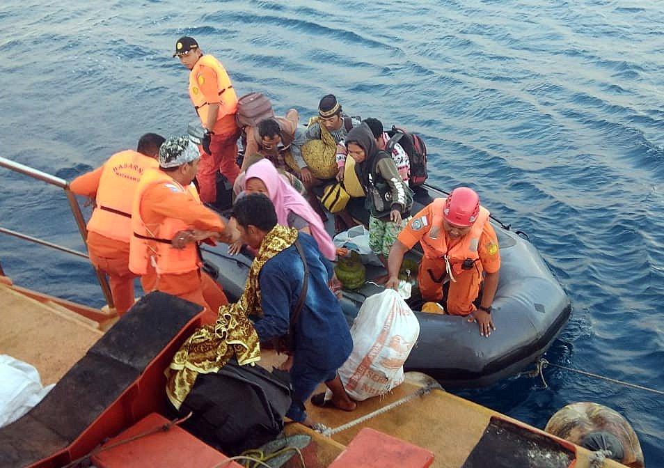 Depremzedeler adadan botlarla kaçtı.