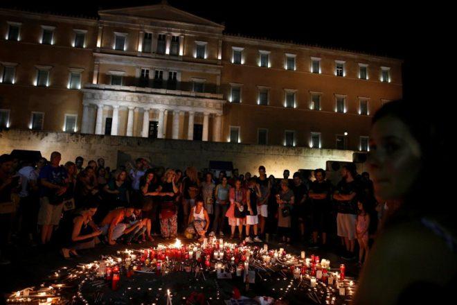 Yangında hayatını kaybedenler için Atina'da anma törenleri yapılıyor.