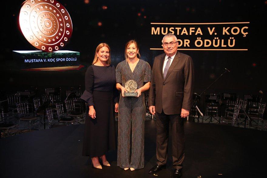 Merhum Mustafa V. Koç'un eşi Caroline N. Koç (solda) Yasemin Adar'ın ödülünü verirken, Türkiye Milli Olimpiyat Komitesi Başkanı Prof. Dr. Uğur Erdener de hazır bulundu.