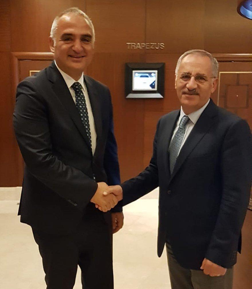 Gazete ve TV kanallarının Ankara temsilcileriyle bir araya gelen Kültür ve Turizm Bakanı Mehmet Ersoy (solda), Ankara Temsilcimiz Saygı Öztürk'le birlikte.