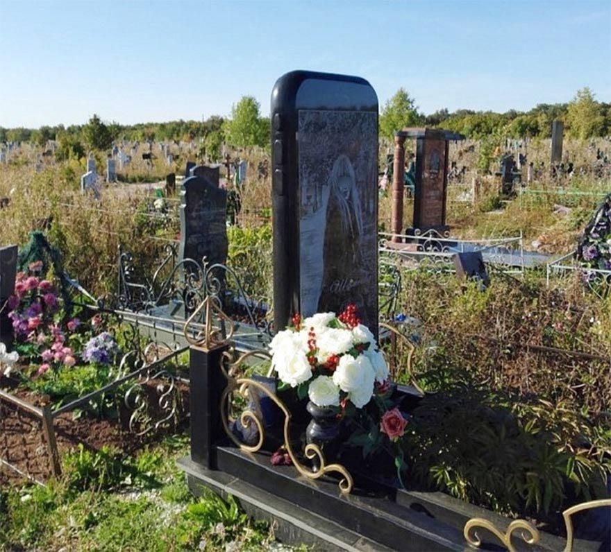 FOTO: İHA- 28 yaşındaki Rita Raisovna adlı genç kızın mezarı üzerine, çok sevdiği telefonu iPhone 6 şeklinde mezar taşı dikildi.