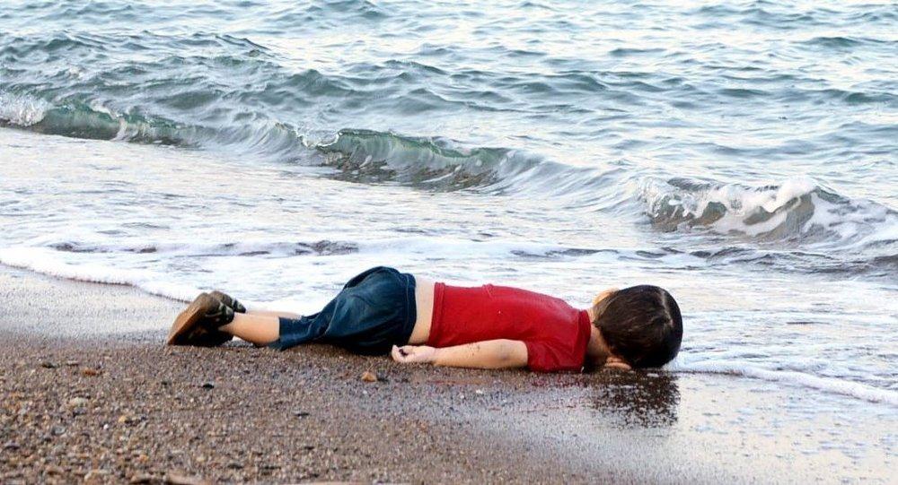 Aylan bebek 2015'te Bodrum'da kıyıya vuran küçücük cansız bedeniyle mülteci krizinin sembolü haline gelmişti. Foto: DHA