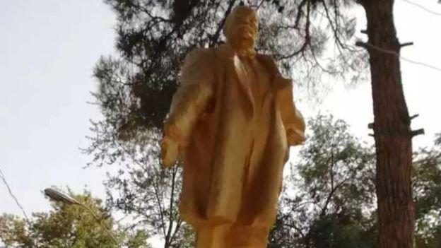 İmamlar, heykeli altın sarısı renge boyarken, Lenin'in kopan elini de yenisiyle değiştirdi.