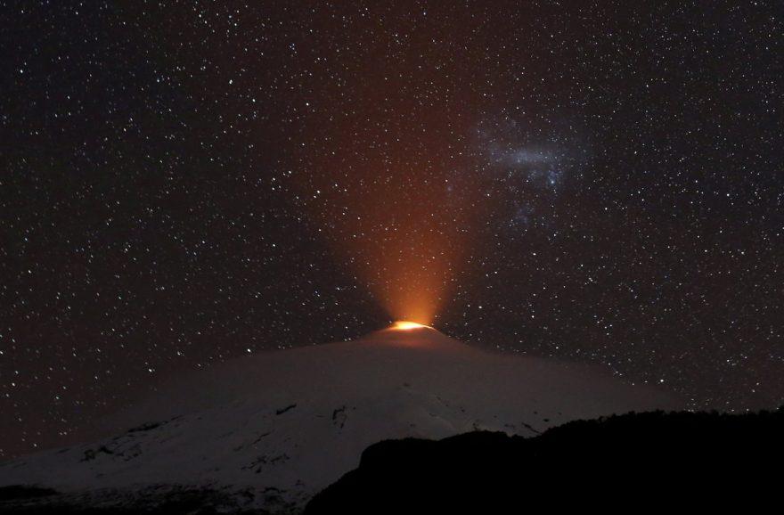 Dağın yaydığı ışık böyle görüntülendi. Reuters