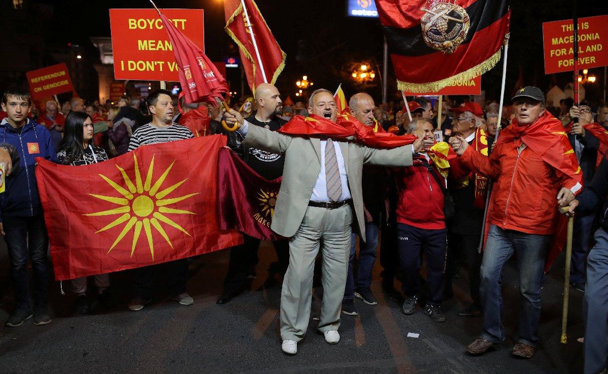 Muhalifler ülke adının değiştirilmek istenmesini protesto etmişti. Reuters