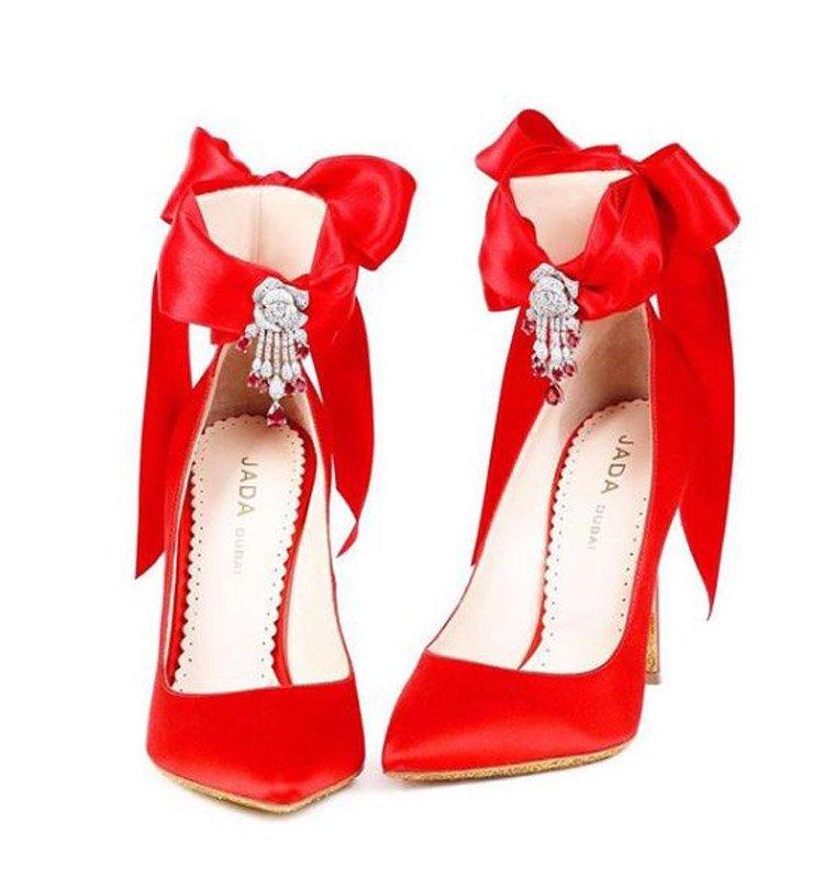 Elmaslarla bezeli bu ayakkabının fiyatı da 27 bin dolar.