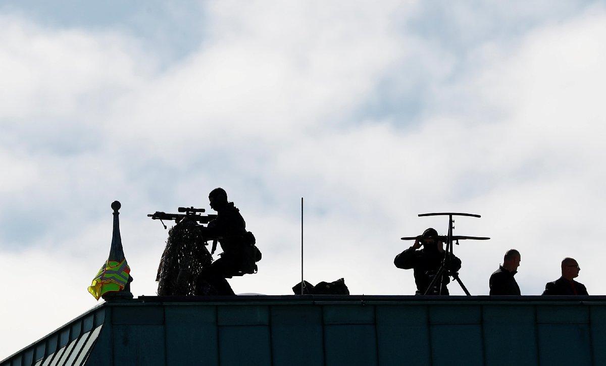 Cumhurbaşkanı Erdoğan'ın ziyareti sırasında Berlin'de adeta kuş uçurtulmayacak. Reuters'ın fotoğraflarında keskin nişancılar birçok otel ve binanın çatısında güvenliği sağladı.