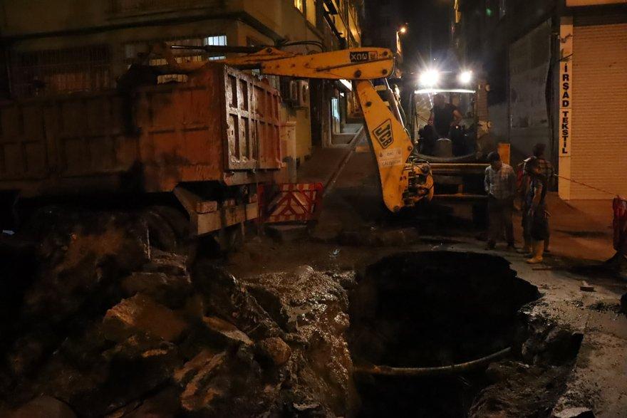 Çöken yola belediye ekipleri müdahale etti. DHA