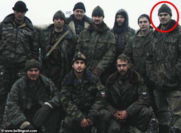 """İngiliz basınında yer alan fotoğrafta, Moskova'nın """"sıradan bir vatandaş"""" dediği Anatoliy'nin askeri geçmişinin olduğu ifade edildi."""